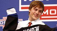 Švédský hokejový obránce Victor Hedman obléká dres Tampy Bay na draftu NHL.