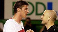 Ruský tenista Marat Safin (vlevo) se zdraví s Američanem André Agassim.