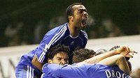 Fotbalisté Chelssea oslavují gól do branky Tottenhamu v opakovaném utkání FA Cupu.
