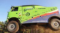 Marek Spáčil předvádí letové dovednosti svého kamiónu Tatra při testech v Senici.