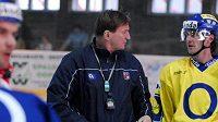 Trenér české hokejové reprezentace Alois Hadamczik (druhý zleva) na stadiónu v Prostějově, kde se hráči připravovali na zápasy se Švýcarskem.
