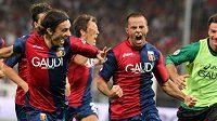 Fotbalista FC Janov Giandomenico Mesto (druhý zprava) oslavuje se spoluhráči gól v utkání proti Neapoli.