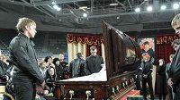 Spoluhráči z Omsku před rakví s Alexejem Čerepanovem
