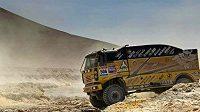 Martin macík s kamiónem Liaz překonává nástrahy Rallye Dakar.