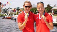 Juniorky Karolína Kumžáková (vlevo) a Jana Ježová se zlatými medailemi