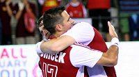Házenkář David Juříček se objímá se spoluhráčem Pavlem Horákem po utkání proti Lotyšsku.
