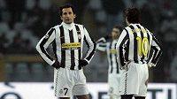 Zklamaní fotbalisté Juventusu Turín Hasan Salihamidžič a Alessandro Del Piero