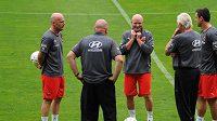Trenér fotbalové reprezentace Ivan Hašek (uprostřed) žertuje se zbytkem realizačního týmu během úvodního tréninku.