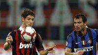 Alexandre Pato z Ac Milán (vlevo) v souboji o míč s Dejanem Stankovičem z Interu