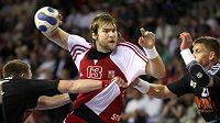 Házenkář Pavel Horák střílí během utkání proti Lotyšsku.