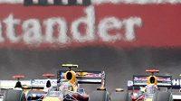 Sebastian Vettel ze stáje Red Bull a Rubens Barrichello z týmu Brawn na čele Velké ceny Británie.