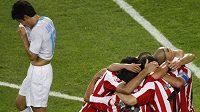 Fotbalisté Estudiantes oslavují gól v semifinále MS klubů.