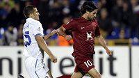 Fotbalista Rubinu Kazaň Alejandro Dominguez střílí gól přes obránce Interu Milána Waltera Samuela.