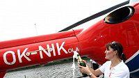 Akrobatická lyžařka Nikola Sudová křtí vrtulník záchranné služby.
