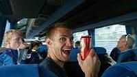 Skifař Ondřej Synek slaví mistrovský titul v autobuse.
