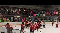 Čtyřicet žen sehrálo hokejový zápas, který trval 243 hodin.