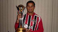 Brazilský fotbalista Flavio Donizete s trofejí.