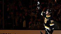 Celá hala stojí a tleská. Zdeno Chára odehrál v NHL za Boston 1000 zápasů.