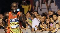 Henry Kiplagat z Keni si běží pro vítězství v závodě mužů na 10 kilometrů Mattoni Grand Prix