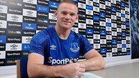 Wayne Rooney podepisuje kontrakt s anglickým Evertonem.