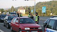 Policisté kontrolují doklady polských fanoušků Lechu Poznaň