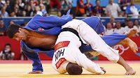 Gruzínský judista Laša Šavdatuašvili (v modrém) poráží ve finále kategorie do 66 kg Maďara Miklóse Ungváriho na juko