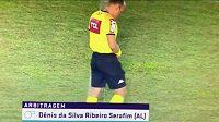 Brazilský sudí Denis da Silva Ribeiro Serafim vykonával potřebu těsně před zápasem na hřišti.