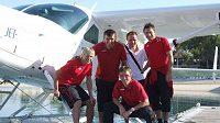 Slávisté zleva Černý, Brabec, Šenkeřík, Hubáček a uprostřed dole Šmicer před startem vyhlídkového letu nad Dubají