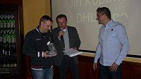 Jiří Kopunec přebírá z rukou rozeného kanonýra Petra Švancary ocenění pro nejlepšího střelce Golden Tour Brno 2012