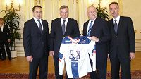 Slovenský prezident Ivan Gašparovič (druhý zprava) s realizačním týmem hokejové reprezentace. Druhý zleva stojí trenér Vladimír Vůjtek.