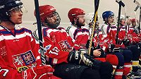 Neslyšící hokejisté na lavičce během zápasu.