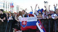 Slovenští fanoušci sledovali zápas s Českem v Bratislavě na velkoplošné obrazovce na náměstí.