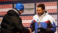 Stříbrný Lukáš Bauer gratuluje Estonci Veerpaluovi.