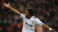 Marcelo z Realu Madrid gestikuluje směrem ke svým spoluhráčům v utkání s Gijonem.