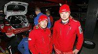 Martin Prokop (vpravo) s navigátorem Janem Tománkem při Britské rallye.
