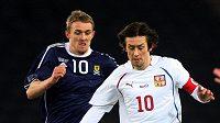 Tomáš Rosický (vpravo) si hlídá míč před Dattenem Fletcherem v dresu Skotska.