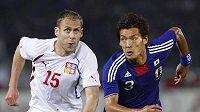 Michal Hubník (vlevo) a Japonec Tomoki Makino v utkání Kirin Cupu.