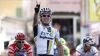 Britský cyklista Mark Cavendish se raduje z vítězství 12. etapy Giro d'Italia.