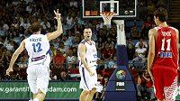 Basketbalisté Srbska (v bílém) slaví postup do čtvrtfinále MS.