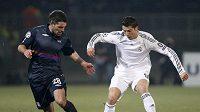 Cristiano Ronaldo (vpravo) z Realu Madrid v souboji s lyonským Jeremy Toulalanem.