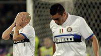 Zklamané reakce hráčů Interu milán Estebana Cambiassa (vlevo) a Lucia při utkání s Fiorentinou.