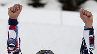 Běžec na lyžích Lukáš Bauer se raduje z bronzové olympijské medaile z trati 15 km volně.