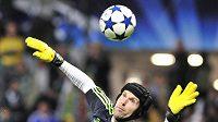 Brankář Chelsea Petr Čech při zákroku