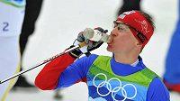 Lukáš Bauer se občerstvuje během závodu na 50 kilometrů na olympijských hrách.