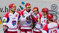 Hokejisté Českých Budějovic se radují z branky.