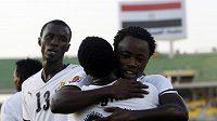 Ransford Osei z Grany (vpravo) se objímá se spoluhráčem Dominicem Adiyiahem (uprostřed) se radují po brance ve čtvrtfinále MS fotbalistů do 20 let.