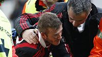 David Beckham v péči klubového lékaře.