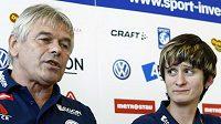 Rychlobruslařka Martina Sáblíková (vpravo) a trenér Petr Novák na tiskové konferenci