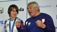Martina Sáblíková a její trenér Petr Novák oslavují zisk zlaté medaile.
