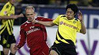 David Jarolím (vlevo) z Hamburku a dortmundský Shinji Kagawa bojují o míč.